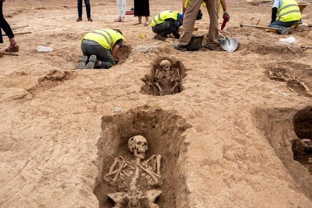 Phát hiện nghĩa địa thời trung cổ còn nguyên vẹn các bộ hài cốt - 4