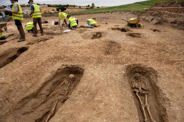 Phát hiện nghĩa địa thời trung cổ còn nguyên vẹn các bộ hài cốt - 8