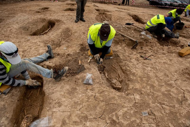 Phát hiện nghĩa địa thời trung cổ còn nguyên vẹn các bộ hài cốt - 9