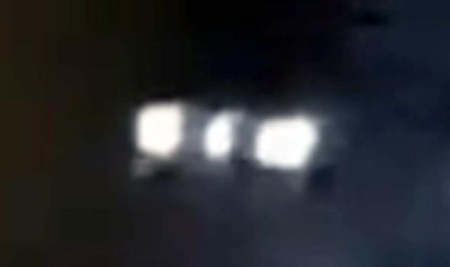 Phát hiện người ngoài hành tinh đang cho gà ăn trong đêm - 2