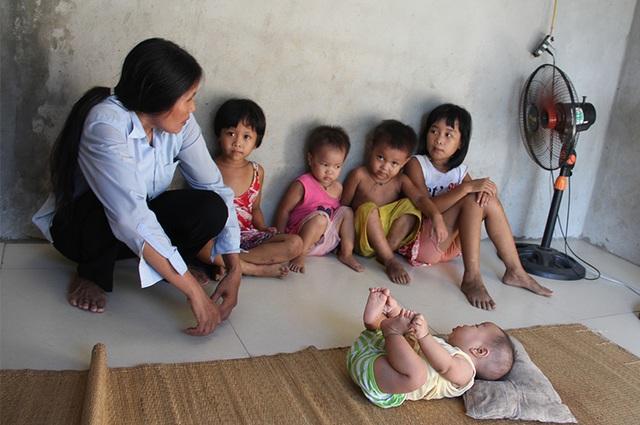 Thương 5 đứa trẻ sống lay lắt, đói khát sau ngày bố gặp nạn nguy kịch