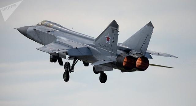 """""""Chim sắt"""" MiG-31 Nga vỡ lốp, hạ cánh tóe lửa trên đường băng - 1"""