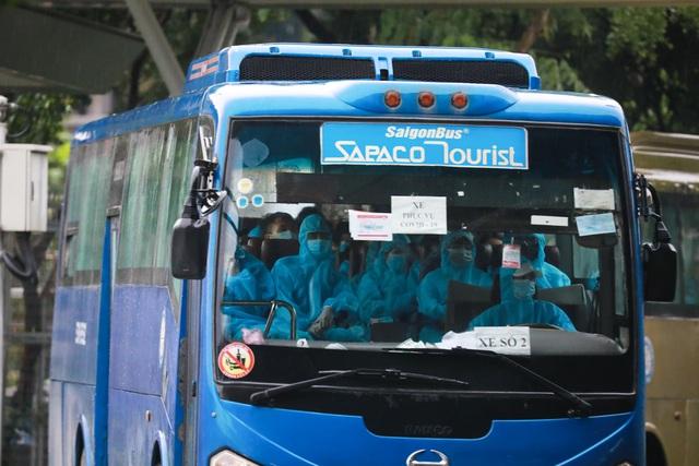 300 hành khách TPHCM trở về từ điểm nóng Đà Nẵng - 12
