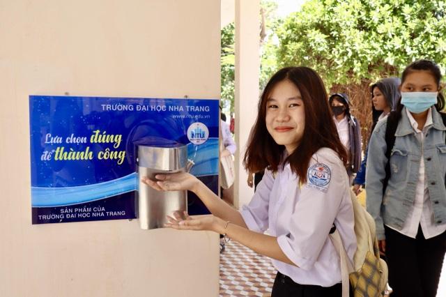 ĐH Nha Trang tặng máy rửa tay sát khuẩn tự động cho nhiều trường phổ thông - 2
