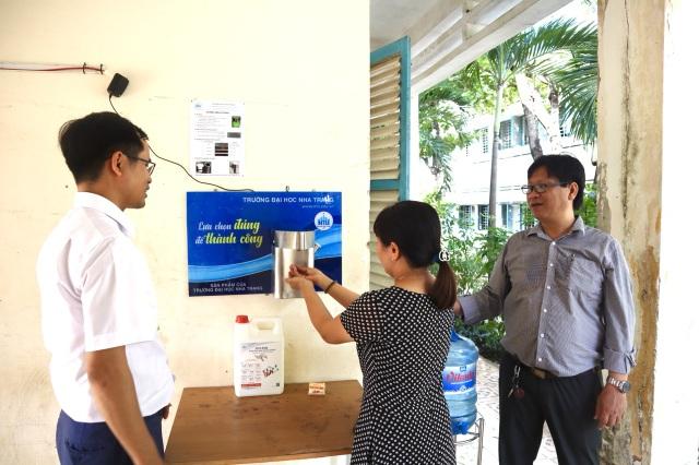 ĐH Nha Trang tặng máy rửa tay sát khuẩn tự động cho nhiều trường phổ thông - 1
