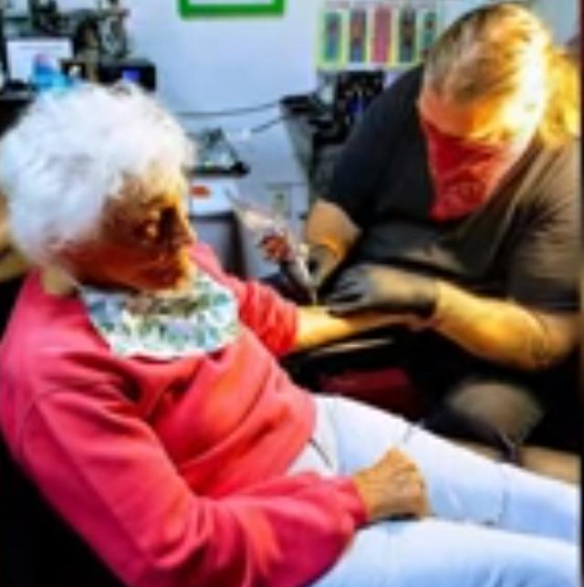 Ăn mừng sinh nhật 103 tuổi, cụ bà đi xăm hình cực chất - 2