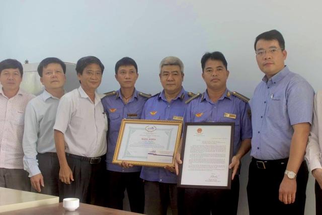 Bộ trưởng GTVT tặng bằng khen nhân viên đường sắt cứu người - 1