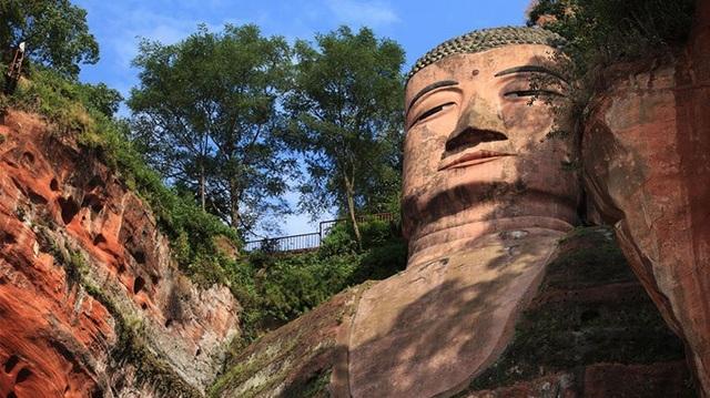 Cảnh nước lũ dâng tới chân tượng Phật khổng lồ - 3