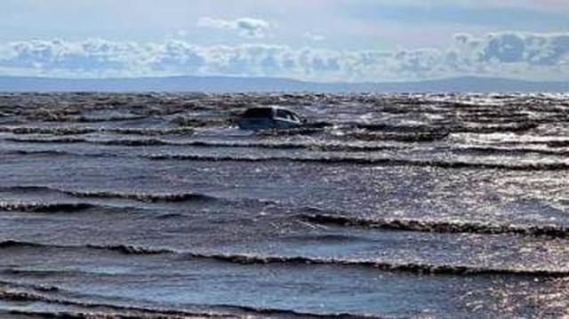 Cặp đôi lái xe sát bờ biển ngắm cảnh và cái kết đắng khi thủy triều lên - 1