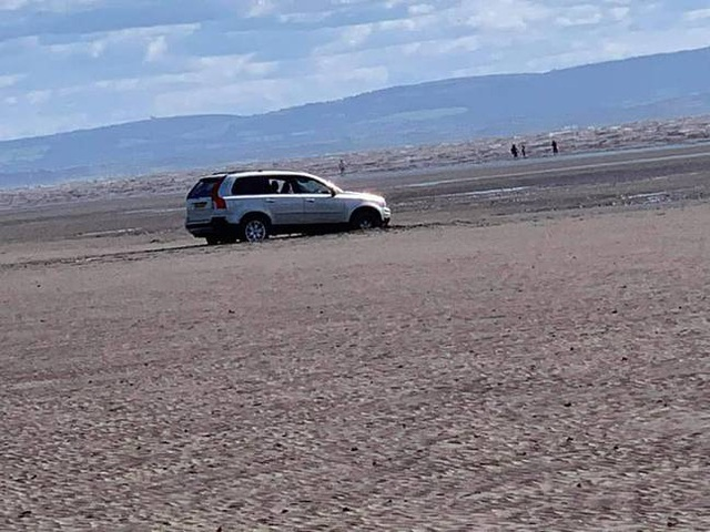 Cặp đôi lái xe sát bờ biển ngắm cảnh và cái kết đắng khi thủy triều lên - 2