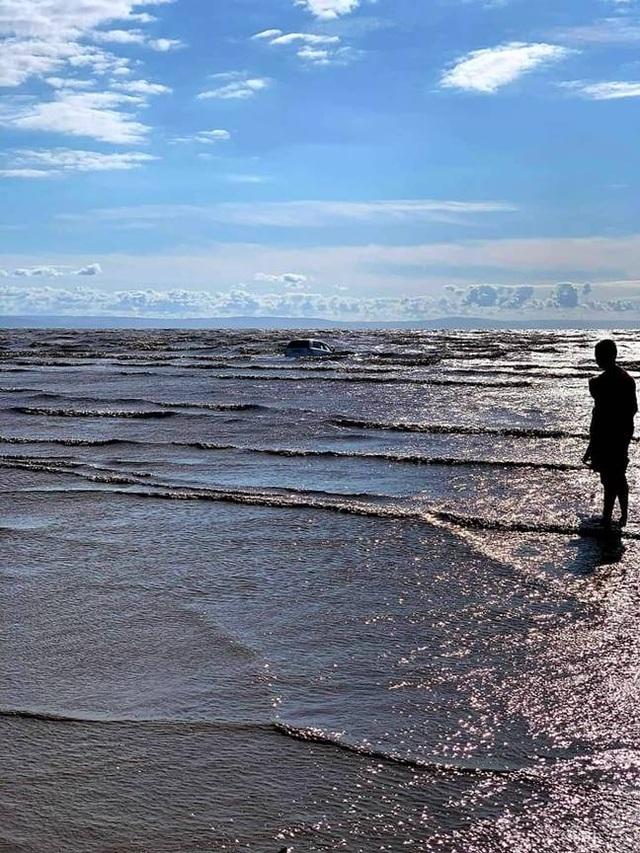 Cặp đôi lái xe sát bờ biển ngắm cảnh và cái kết đắng khi thủy triều lên - 3