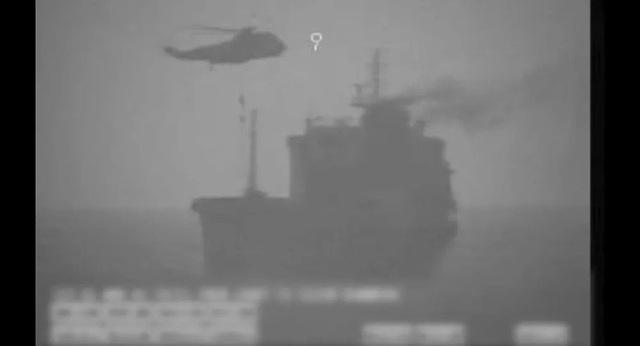 Mỹ tung video cáo buộc Iran đổ quân lên tàu dầu ở vùng biển quốc tế - 1