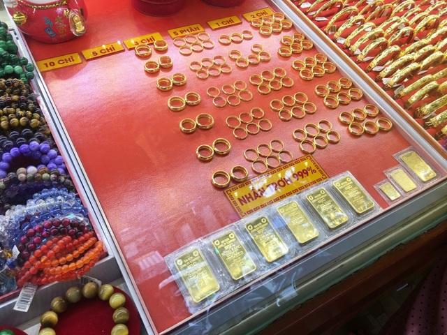 """Giá vàng """"nhiễu nhương"""", vợ chồng bán rau vẫn liều bỏ chợ đi mua vàng - 5"""