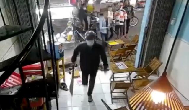 Hơn 10 thanh niên cầm dao, mã tấu đập phá quán trà sữa - 1