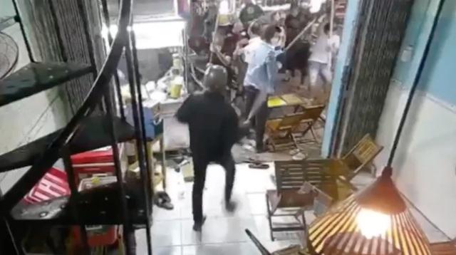 Hơn 10 thanh niên cầm dao, mã tấu đập phá quán trà sữa - 2
