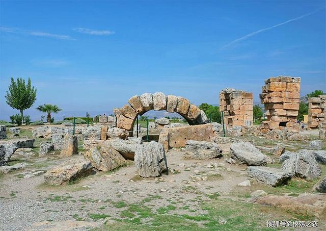 Lâu đài trắng xóa này từng là trung tâm spa nổi tiếng 2000 năm trước - 9