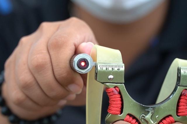 Chứng kiến sự nguy hiểm chết người của ná bi sắt gắn laser bán dạo ở Hà Nội - 3