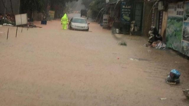 Yên Bái: Mưa lớn gây ngập nhiều nơi, nước cuồn cuộn chảy trên đường - 1