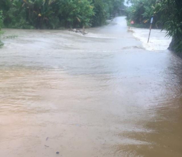 Yên Bái: Mưa lớn gây ngập nhiều nơi, nước cuồn cuộn chảy trên đường - 2
