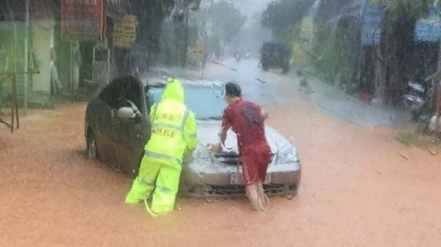 Yên Bái: Mưa lớn gây ngập nhiều nơi, nước cuồn cuộn chảy trên đường - 5