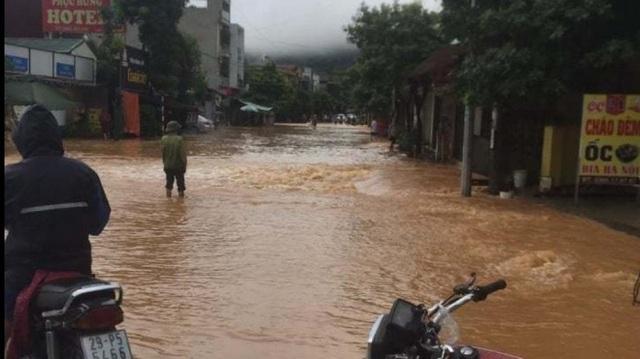 Yên Bái: Mưa lớn gây ngập nhiều nơi, nước cuồn cuộn chảy trên đường - 3