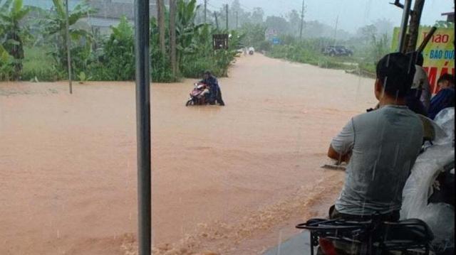 Yên Bái: Mưa lớn gây ngập nhiều nơi, nước cuồn cuộn chảy trên đường - 4