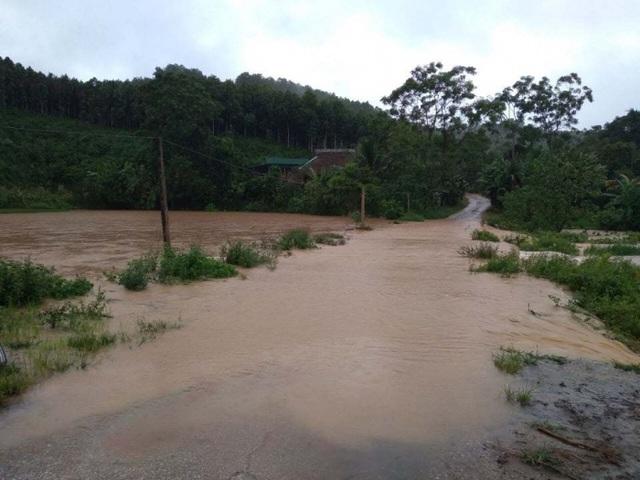 Yên Bái: Mưa lớn gây ngập nhiều nơi, nước cuồn cuộn chảy trên đường - 7