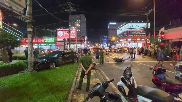 TPHCM: Cô gái trẻ lái ô tô tông 7 xe máy, nhiều người bị thương - 1