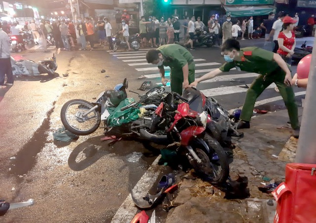 TPHCM: Cô gái trẻ lái ô tô tông 7 xe máy, nhiều người bị thương - 2