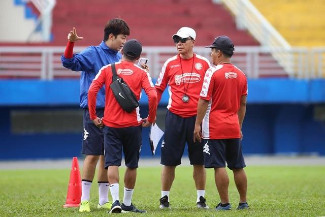 HLV Chung Hae Seong lần đầu trở lại sân tập sau khi tái hợp CLB TPHCM - 1