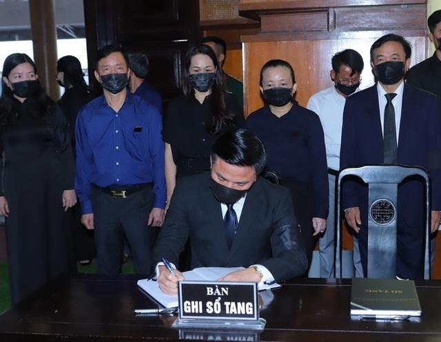Nhân dân đội mưa tới viếng nguyên Tổng Bí thư Lê Khả Phiêu - 6