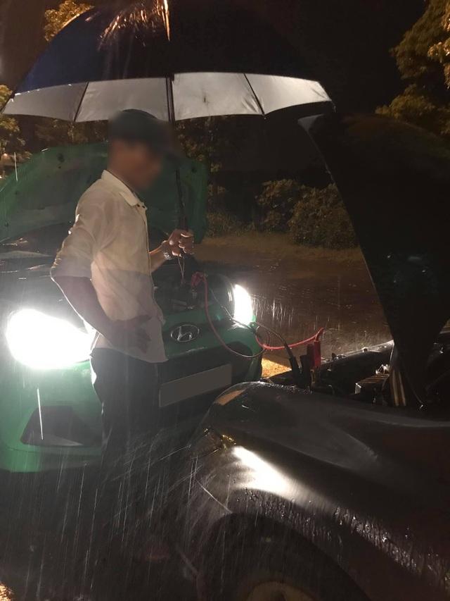 Cảm động câu chuyện anh taxi ngoại tỉnh sửa hộ xe giữa cơn mưa khuya tầm tã - 2