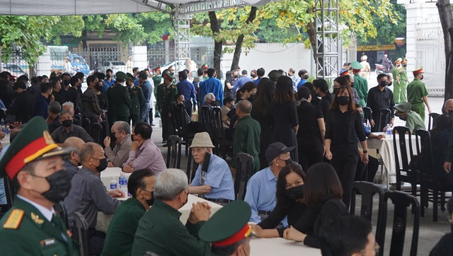 Nhân dân đội mưa tới viếng nguyên Tổng Bí thư Lê Khả Phiêu - 1