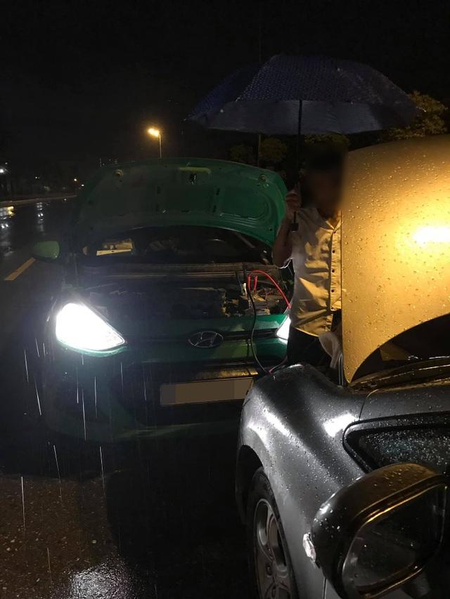 Cảm động câu chuyện anh taxi ngoại tỉnh sửa hộ xe giữa cơn mưa khuya tầm tã - 3