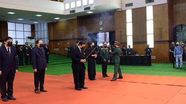 Nhân dân đội mưa tới viếng nguyên Tổng Bí thư Lê Khả Phiêu - 4