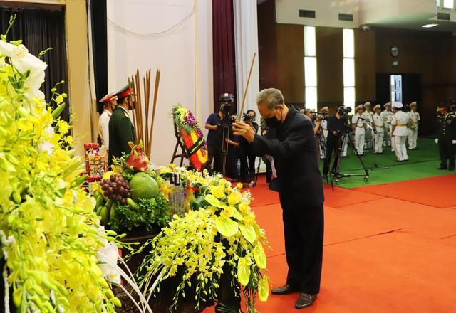 Nhân dân đội mưa tới viếng nguyên Tổng Bí thư Lê Khả Phiêu - 2