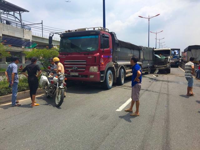 Cầu vượt Thủ Đức bị phong tỏa gần 3 giờ vì tai nạn liên hoàn - 1