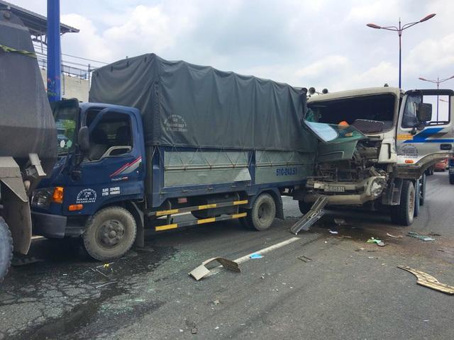 Cầu vượt Thủ Đức bị phong tỏa gần 3 giờ vì tai nạn liên hoàn - 2