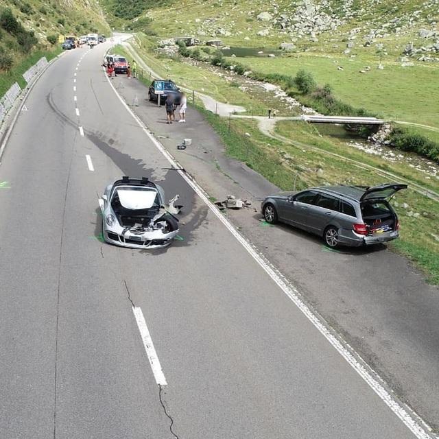 Tai nạn thiệt hại hơn 4 triệu USD vì tài xế siêu xe Bugatti mất kiên nhẫn - 5