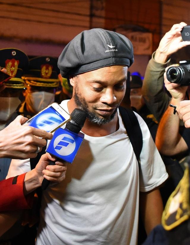 Đang bị quản thúc, Ronaldinho vẫn tiệc tùng cùng dàn người mẫu - 2
