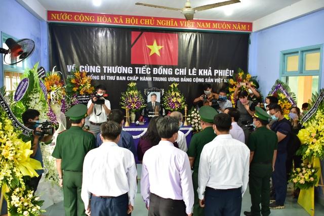 Nhân dân đội mưa tới viếng nguyên Tổng Bí thư Lê Khả Phiêu - 10
