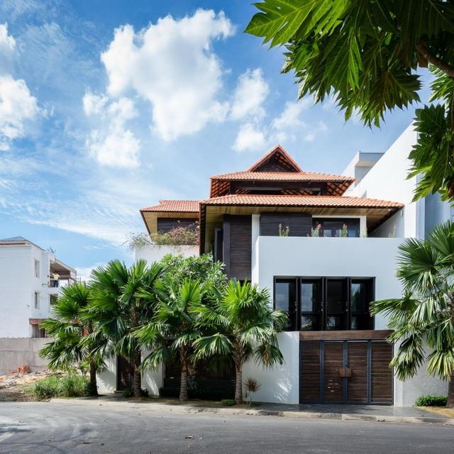 Gia đình ở Sài Gòn xây biệt thự ngói đỏ đậm chất Huế vừa đẹp vừa sang - 1