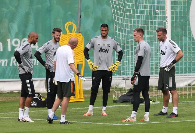 Man Utd tiếp tục miệt mài luyện công chờ Sevilla - 8