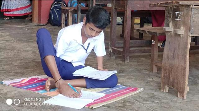 Nam sinh làm bài thi tốt nghiệp bằng chân đạt điểm cao nhất bang Ấn Độ - 1