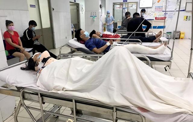 Vụ ô tô tông 8 xe máy, 10 người nhập viện: Nữ tài xế nhầm chân ga - 2