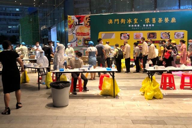 Trung Quốc phong tỏa trung tâm thương mại vì ca mắc Covid-19 - 1