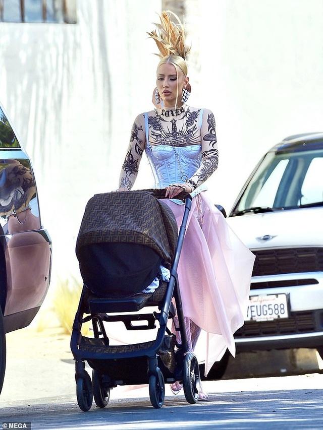 Iggy Azalea mặc siêu sành điệu đưa con ra phố - 1