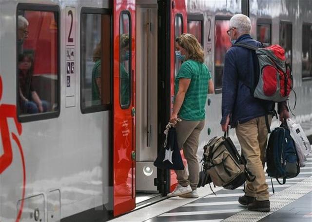 Người dân châu Âu du lịch nước ngoài đổ xô về nước tránh lệnh cách ly - 1