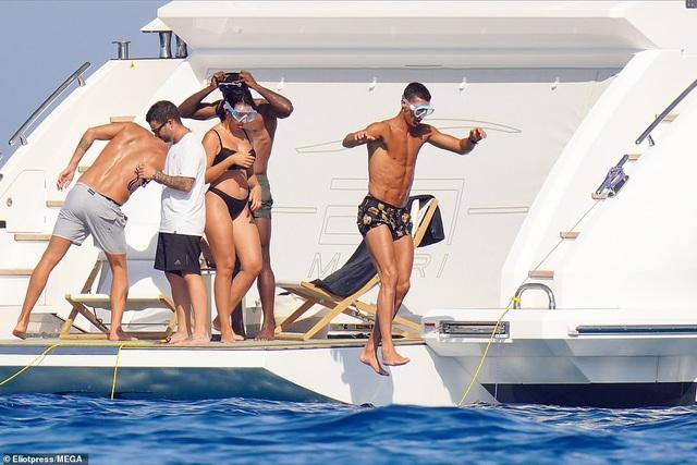 Bạn gái Ronaldo bốc lửa trên du thuyền - 4