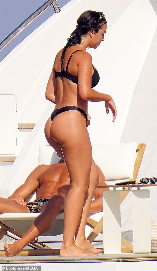 Bạn gái Ronaldo bốc lửa trên du thuyền - 3